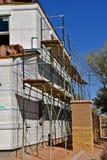 一个新的大厦的脚手架和木瓦建设中 库存照片