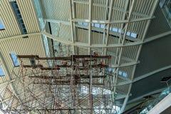 一个新的大厦被修建工地工作的看法的关闭和他们举起脚手架行和行  库存图片