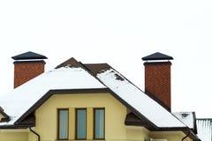 一个新的大房子的顶层的低角度视图 住宅住宅建设窗口和屋顶细节  房地产物产 库存照片