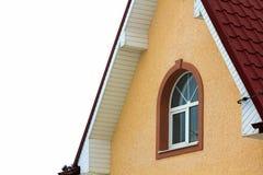 一个新的大房子的顶层的低角度视图 住宅住宅建设窗口和屋顶细节  房地产物产 免版税图库摄影