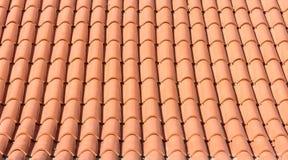 一个新的屋顶的橙色瓦纹理  免版税图库摄影