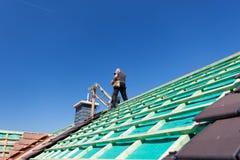 一个新的屋顶的建筑 免版税库存照片