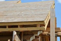 一个新的木房子的屋顶costruction蓝天背景的 图库摄影