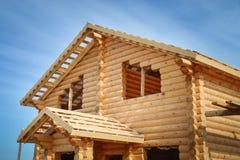 一个新的木房子的结构建设中蓝天背景的 免版税图库摄影