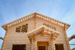 一个新的木房子的结构建设中蓝天背景的 免版税库存照片