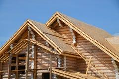 一个新的木房子的结构建设中蓝天背景的 库存照片