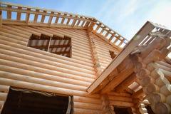 一个新的木房子的结构建设中 免版税库存照片