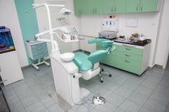 一个新的现代牙齿办公室的内部 免版税库存图片