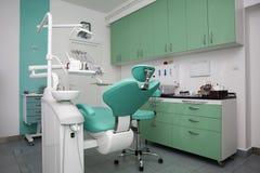 一个新的现代牙齿办公室的内部 免版税库存照片