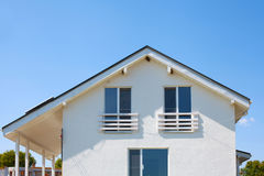 一个新的白色木屋的门面 图库摄影