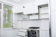 一个新的轻的厨房的设计淡色的 内阁是开放的 库存图片