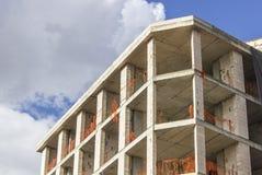 一个新的钢筋混凝土大厦的五颜六色的建筑透视射击与开放蓝天的 免版税库存图片