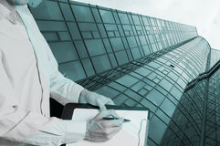 一个新的玻璃大厦的建筑与片剂的 图库摄影