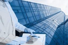 一个新的玻璃大厦的建筑与片剂的 免版税库存照片
