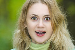 一个新迷人的白肤金发的惊奇的女孩的纵向 图库摄影