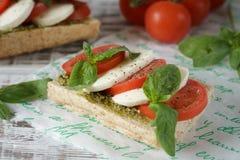 一个新鲜的三明治的特写镜头用无盐干酪,蕃茄, pesto和 库存照片
