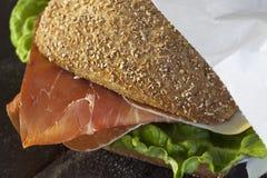 一个新鲜的德国小圆面包用火腿和沙拉 免版税图库摄影