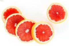 一个新鲜的成熟水多和开胃葡萄柚和它的零件特写镜头,隔绝在白色背景 免版税库存图片