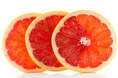 一个新鲜的成熟水多和开胃葡萄柚和它的零件特写镜头,隔绝在白色背景 免版税库存照片