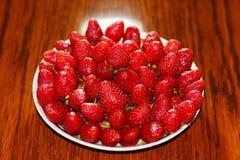 一个新鲜,开胃草莓 库存图片