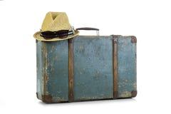 一个旅客的减速火箭的手提箱有帽子的 准备旅行 图库摄影
