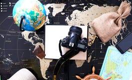 一个旅客的静物画世界的一张黑政治地图的 免版税库存图片