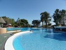 一个旅游胜地的美好的游泳池周围 免版税库存图片