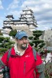 一个旅行的人的画象姬路城堡背景的  图库摄影