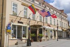 一个旅馆大厦的外部在维尔纽斯市的历史部分的,立陶宛 免版税库存照片