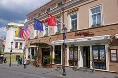 一个旅馆大厦的外部在维尔纽斯市的历史部分的,立陶宛 免版税库存图片