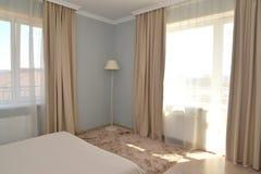 一个旅馆客房的内部的片段轻的口气的与两 免版税库存照片