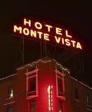 一个旅馆Monte景色标志在晚上 免版税库存照片