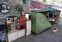 一个无家可归者的风雨棚,法国 库存照片