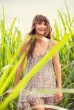 一个无忧无虑的愉快的女孩的美丽的画象 免版税库存照片