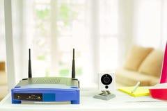 一个无线路由器和ip照相机的特写镜头在客厅hom的 库存图片