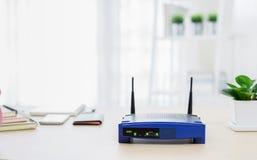 一个无线路由器的特写镜头在客厅的在家 免版税库存图片