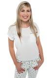 一个时兴的愉快的青少年的女孩的时髦的纵向 免版税图库摄影
