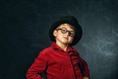 一个时兴的男孩特写镜头的画象在黑暗的背景的 图库摄影