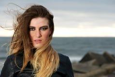 一个时装模特儿的画象与吹长的头发的风的 免版税库存图片