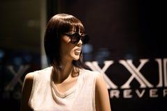 一个时装模特在与太阳镜的窗口里 图库摄影