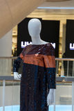 一个时装模特的抽象画象在购物中心的 图库摄影
