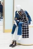 一个时装模特的抽象画象在购物中心的 免版税库存照片
