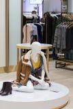 一个时装模特的抽象画象在购物中心的 免版税库存图片