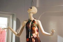 一个时装模特的特写镜头在一个商店窗口里在圣托里尼 免版税库存图片