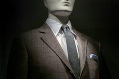布朗方格的夹克、白色衬衣、灰色领带和镶边Handke 免版税库存图片