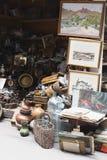 一个时钟的葡萄酒背景在跳蚤市场上的 库存图片