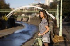 一个时髦的女人的画象在街道上的在秋天 免版税图库摄影