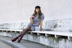 一个时髦的女人的画象在街道上的在秋天 图库摄影