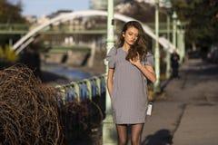 一个时髦的女人的画象在街道上的在秋天 免版税库存照片
