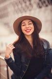 一个时髦的女孩的正面画象 免版税库存照片